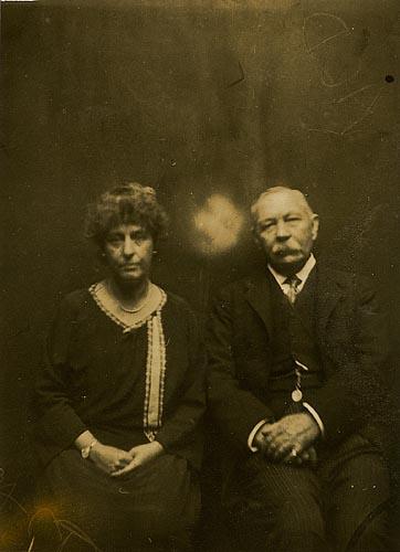 Arthur Conan Doyle & Mrs with spirit 1920